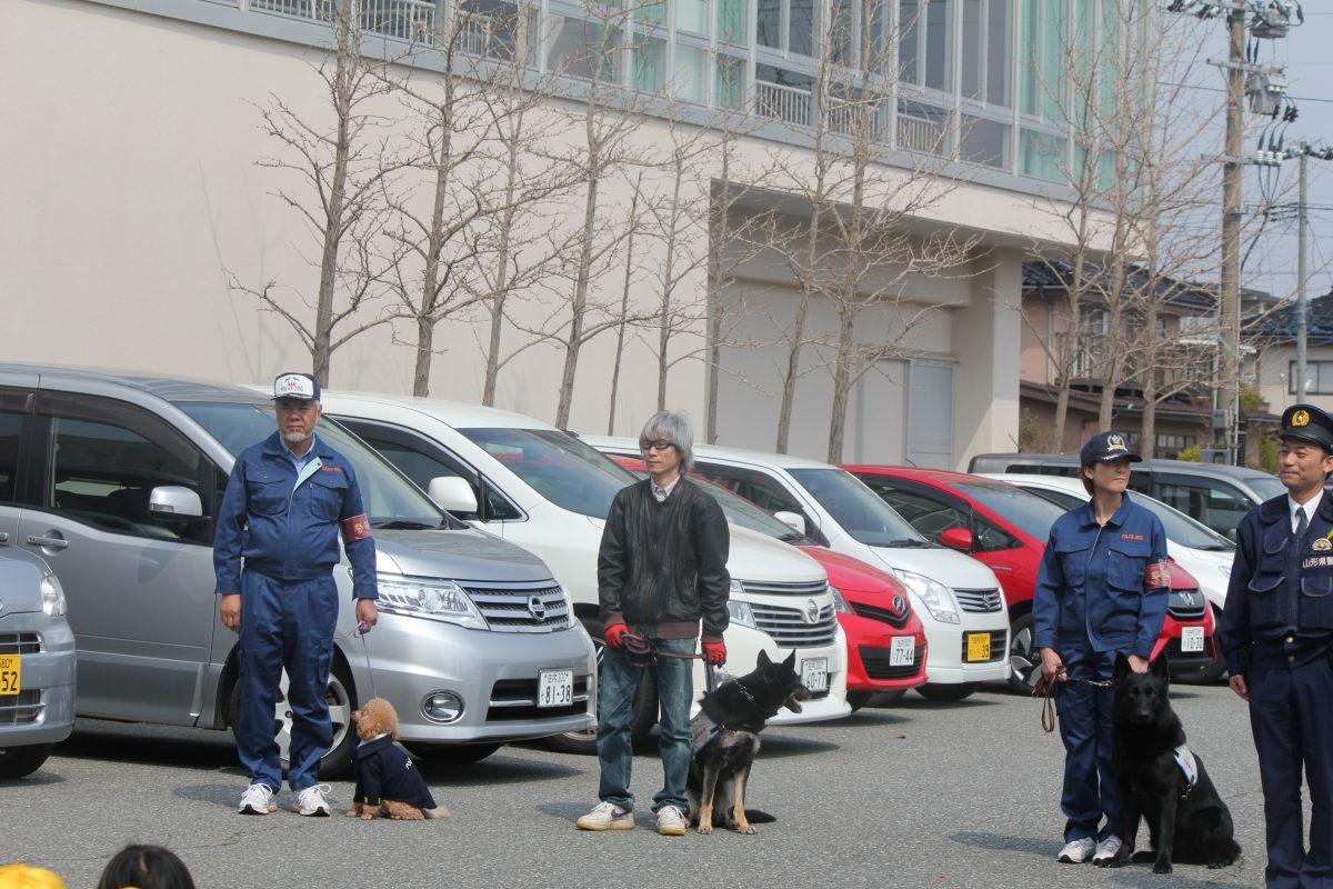 嘱託警察犬による、小学校防犯パトロール